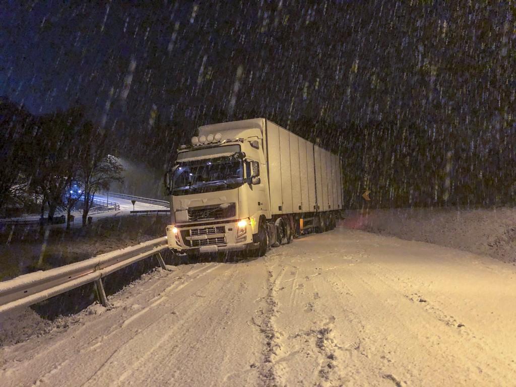 Det snør på Østlandet torsdag kveld og føret er svært dårlig. Dette vogntoget står på tvers i veien på Ringvoll i Østfold. Foto: Tor Aage Hansen / NTB scanpix