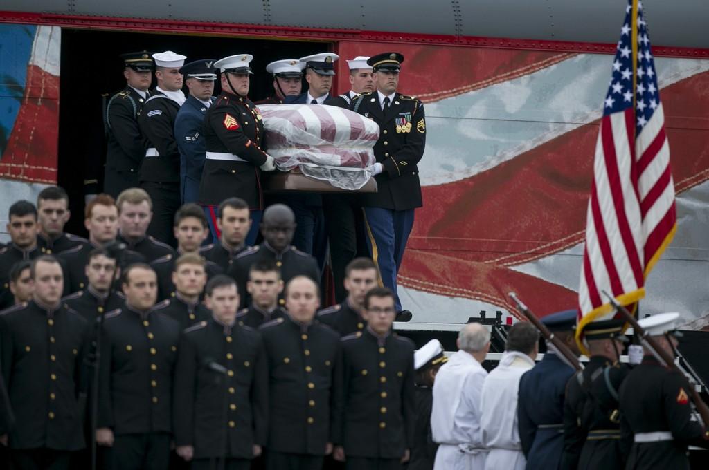 En militær æresvakt møtte båren til George H.W. Bush da den ankom byen College Station, der ekspresidenten ble begravet ved siden av kona Barbara og datteren Robin. Foto: Jay Janner / Austin American-Statesman / AP / NTB scanpix