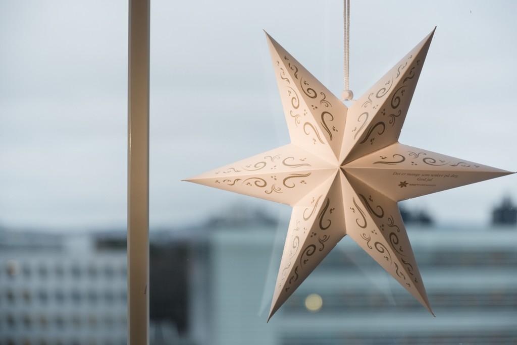 I Kreftforeningens julestjerneaksjon henges stjerner opp ved sykehus over hele landet. Foto: Jorunn Valle Nilsen
