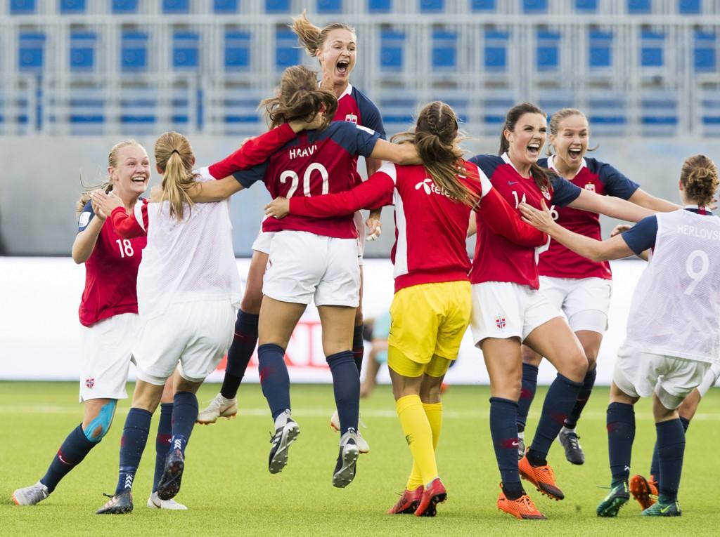 Norges kvinnelandslag feirer seieren mot Nederland som sikret VM-plass. Det er grunn til glede også over FIFA-rankingen som garanterer plass i nest øverste seedingsnivå i lørdagens trekning av sluttspillet. Foto: Terje Pedersen / NTB scanpix