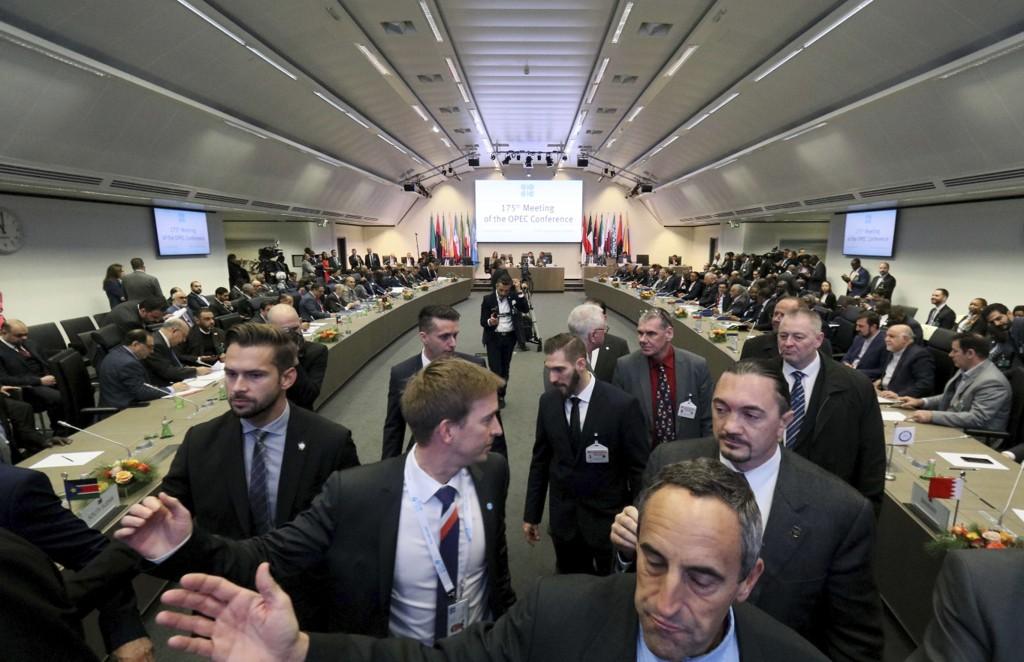 Møterommet i Wien hvor OPECs oljeministre torsdag var samlet i et forsøk på å enes om produksjonskutt. Landene gjør fredag et nytt forsøk sammen med blant andre Russland. Foto: Ronald Zak / AP / NTB scanpix