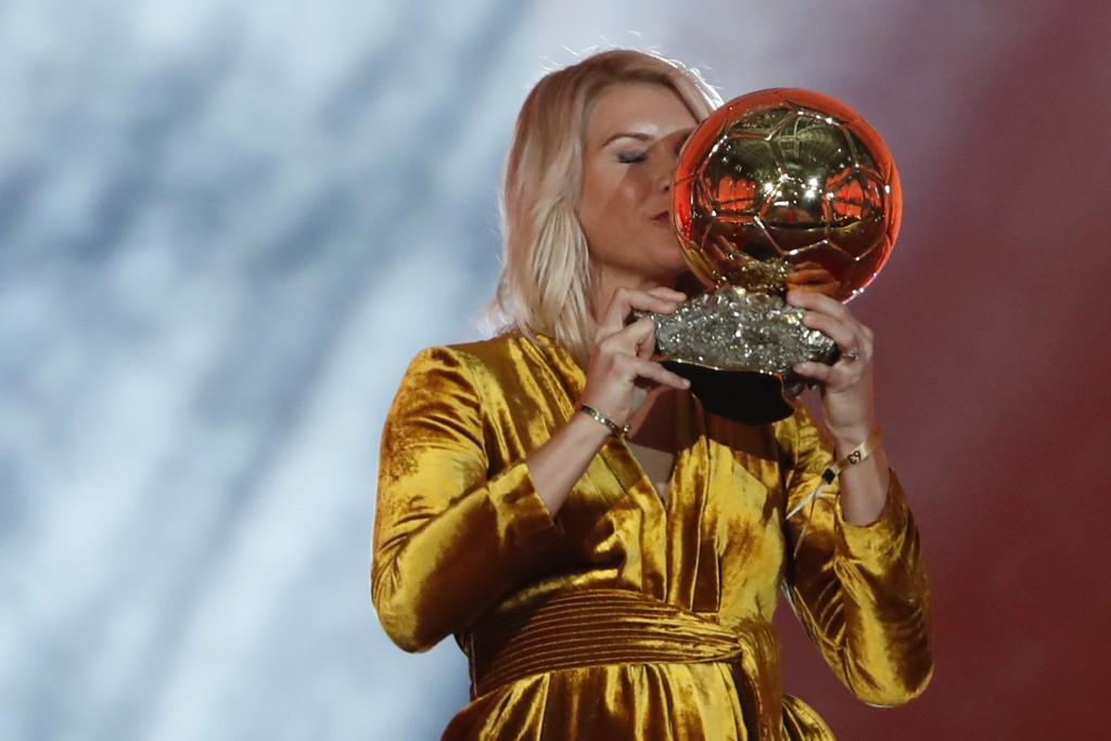 Ada Hegerberg vant gullballen, men nådde ikke til topps i The Guardians kåring av verdens beste kvinnelige fotballspillere. Foto: AP Photo / Christophe Ena / NTB scanpix.