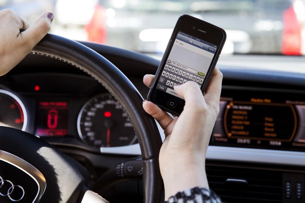 Reglene for bruk av mobiltelefon i bil har blitt innskjerpet. Illustrasjonsfoto: Erlend Aas / NTB scanpix