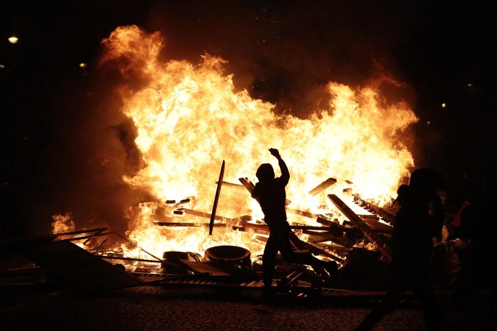 Fire mennesker er drept, mange er såret og ødeleggelsene er store etter flere uker med stadig hissigere demonstrasjoner mot president Emmanuel Macron og hans politikk i Frankrike. Foto: AP / NTB scanpix