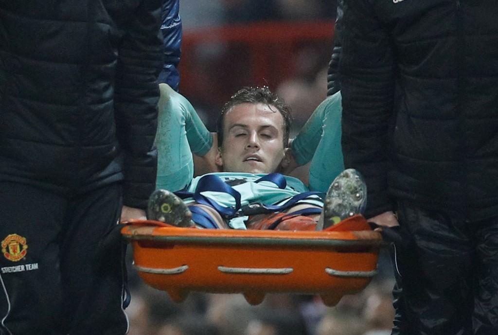 SKADET: Rob Holding pådro seg en stygg kneskade mot Manchester United.