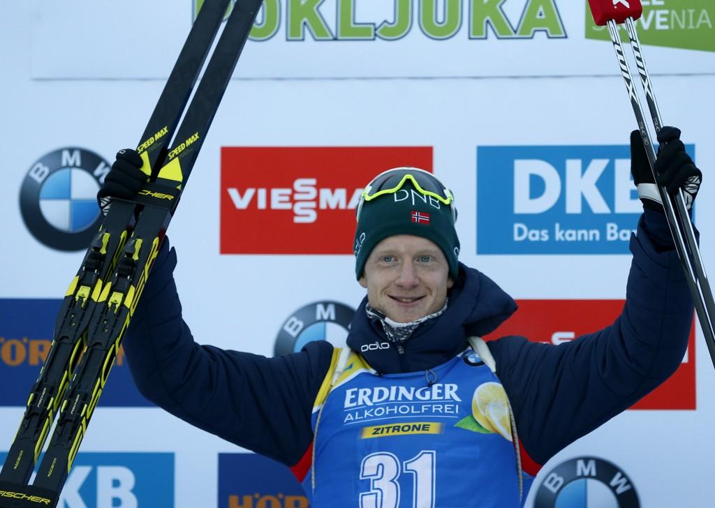 Johannes Thingnes Bø vant og tok over ledelsen i verdenscupen sammenlagt. Foto: Darko Bandic / AP / NTB scanpix