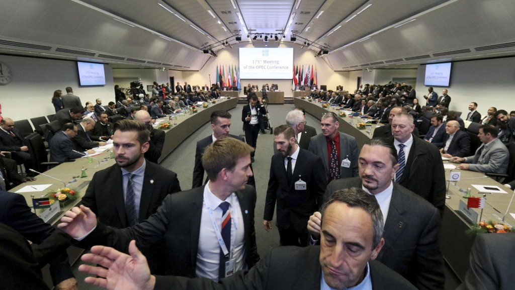 Møterommet i Wien hvor OPECs oljeministre er samlet for å bli enige om produksjonskutt for å holde prisen oppe. Foto: Ronald Zak / AP / NTB scanpix