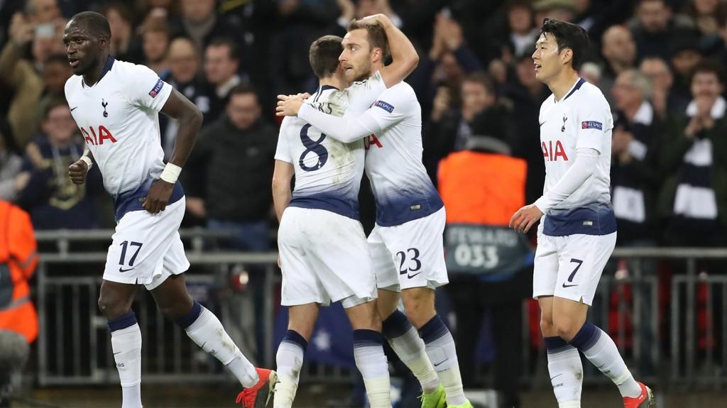 Christian Eriksen gratuleres av lagkamerater etter å ha sendt Tottenham i føringen med 1-0 hjemme mot Inter i Champions League-kampen 28. november.