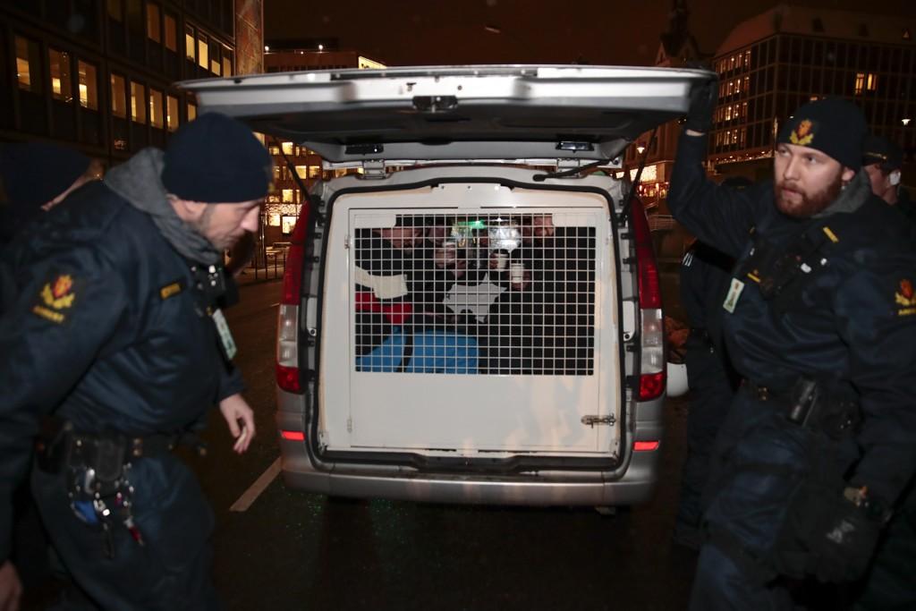 Flere demonstranter ble kjørt bort av politiet etter markeringen utenfor Stortinget mot FNs migrasjonsavtale. Foto: Håkon Mosvold Larsen / NTB scanpix
