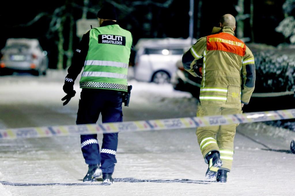 Politi og brannvesen på stedet ved boligen til mannen som er siktet for å ha sendt en sprengladning til politiet i Ski. Et stort område er sperret av. Foto: Fredrik Hagen / NTB scanpix