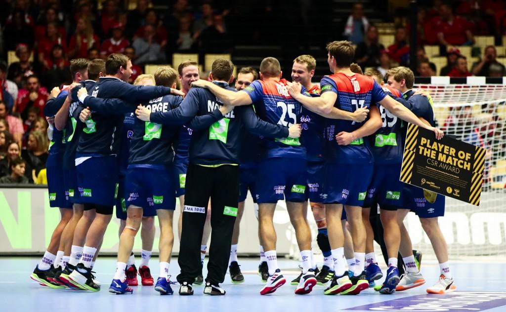 Håndballguttene jubler etter seier i VM-kampen mot Saudi-Arabia (40-21) i Boxen Arena i Herning. Foto: Lise Åserud / NTB scanpix