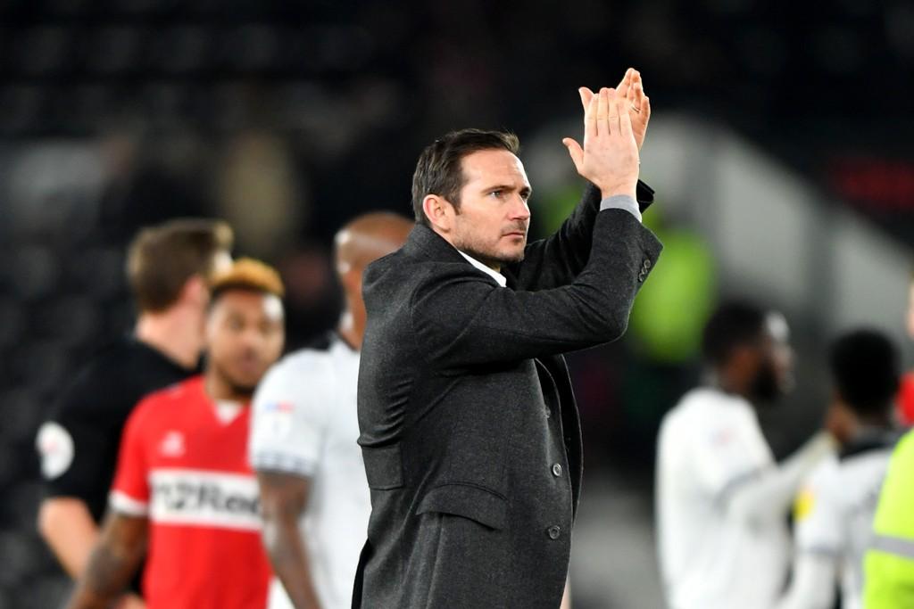 Derby og manager Frank Lampard kan skape problemer for Southampton i FA-cupen onsdag kveld. Her klapper Lampard for fansen etter Championship-kampen mot Middlesborough.