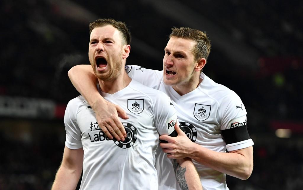 Burnley har funnet formen. De er ubeseiret i de seks siste kampene. Her jubler Ashley Barnes sammen med lagkompis Chris Wood (t.h.) etter scoringen sin mot Manchester United.