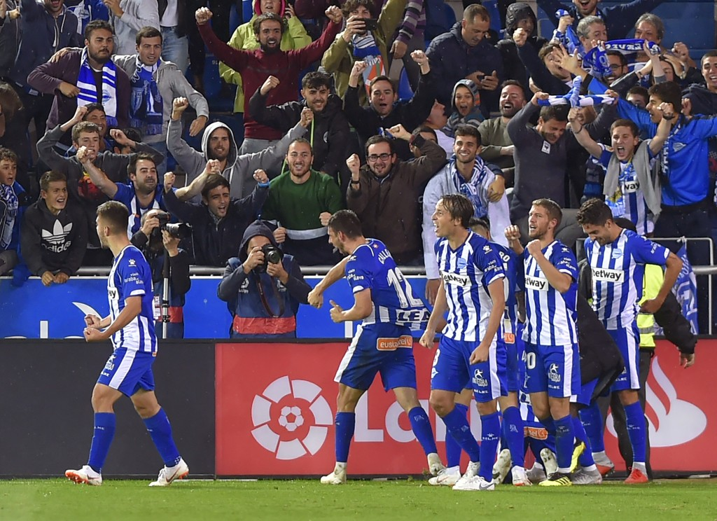 Alaves-spillerne jubler hemningsløst etter at de slo Real Madrid hjemme i Baskerland i oktober. Nå skal de forsøke å senke Levante mandag kveld. (Photo by ANDER GILLENEA / AFP)
