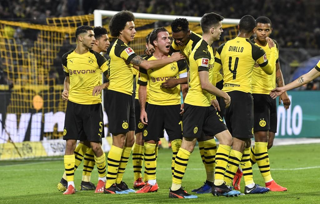 Dortmund-spillerne feirer scoringen til Mario Götze mot Bayer Leverkusen. Dortmund vant kampen 3-2.