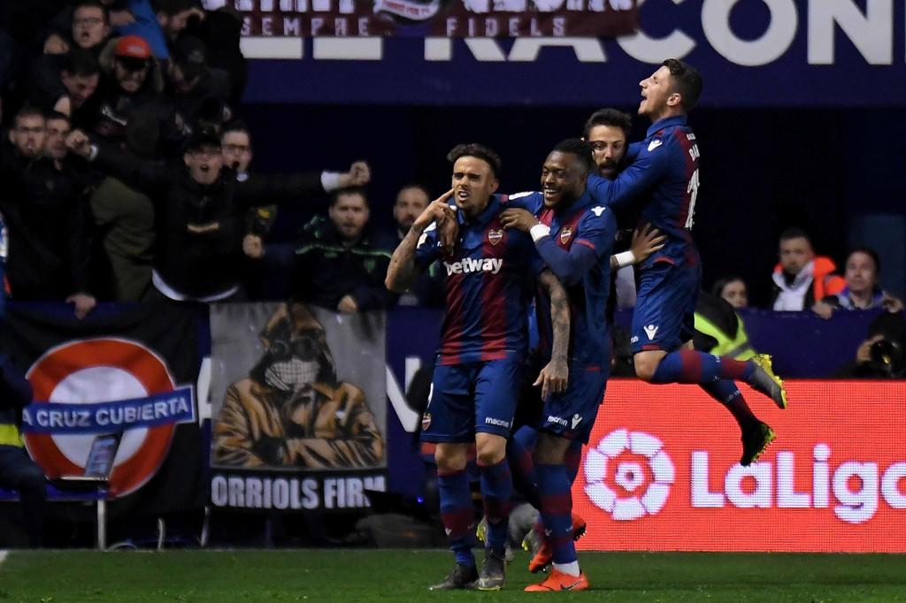 Levante og Roger Marti (t.v.) var uheldige som tapte 1-2 mot Real Madrid forrige helg. Mandag møter de et Leganes-lag som de har hatt et vanvittig godt tak på. (Photo by JOSE JORDAN / AFP)