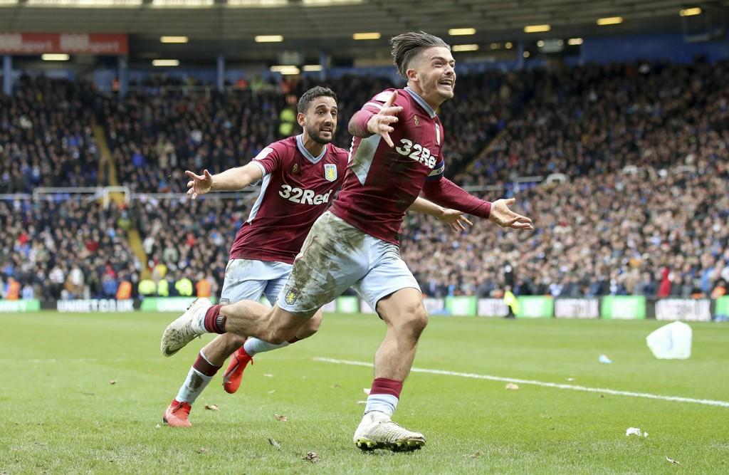 Jack Grealish (t.h.) feirer scoringen sin i lokalderbyet mot Birmingham i helgen. Vi tror han blir avgjørende også i onsdagens kamp mot Nottingham Forest. (Nick Potts/PA via AP)