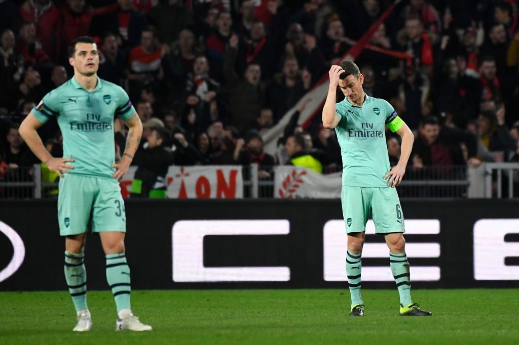 Arsenal-spiller Laurent Koscielny (t.h.) fortviler etter 3-1-tapet mot Rennes i Frankrike. Vi tror Arsenal får trøbbel i returkampen i kveld også.