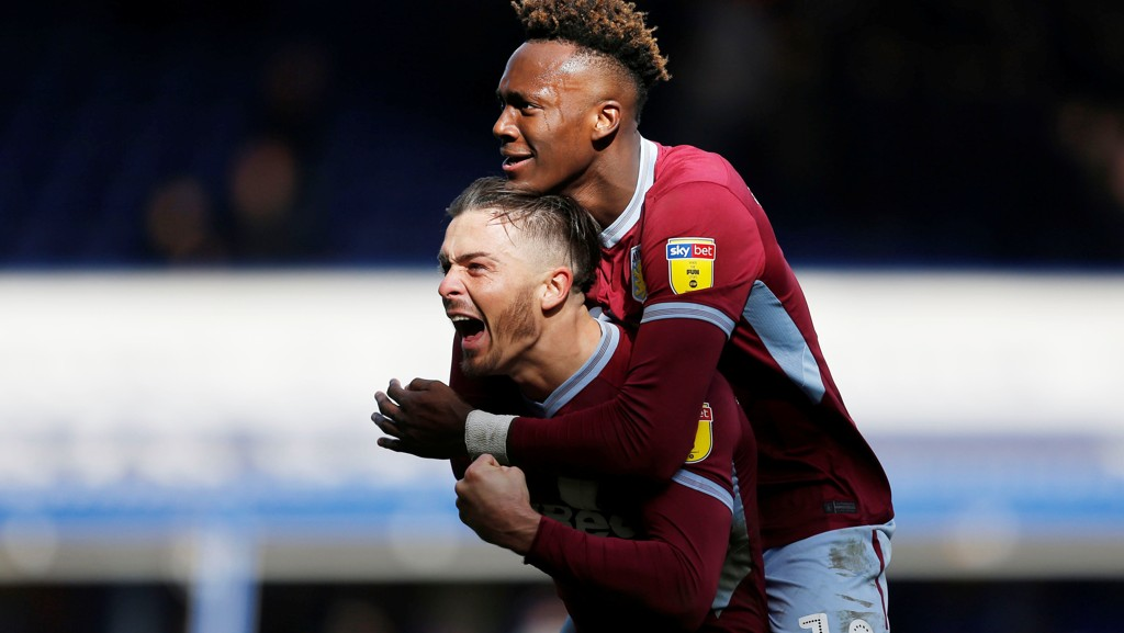 Jack Grealish er endelig tilbake etter langt skadefravær og han har løftet Villa i det siste. Her gratuleres han av Tammy Abraham etter å ha scoret seiersmålet mot Birmingham forrige søndag.