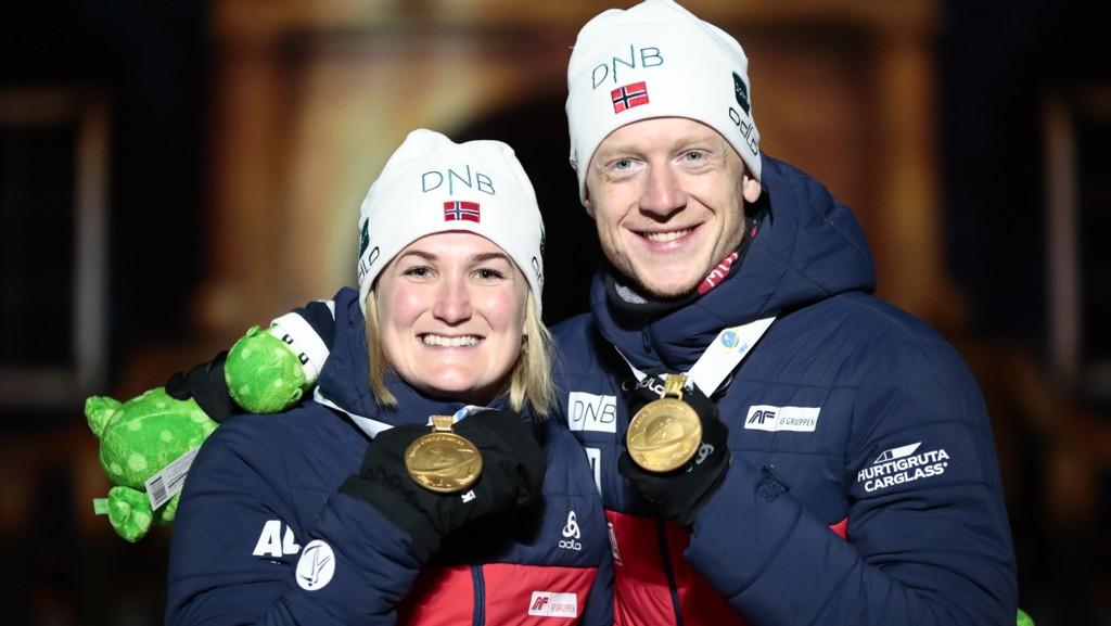 Marte Olsbu Røiseland har allerede tatt to gull i VM. I dag går hun siste etappe for Norge under jentenes stafett. Her feirer hun gullet sammen med Johannes Thingnes Bø på fredagens singel mix stafett.