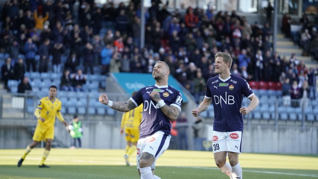 Marcus Pedersen jubler til hjemmefansen etter å ha scoret på straffespark og gitt sitt lag 1-0 i seriepremieren hjemme mot Haugesund.