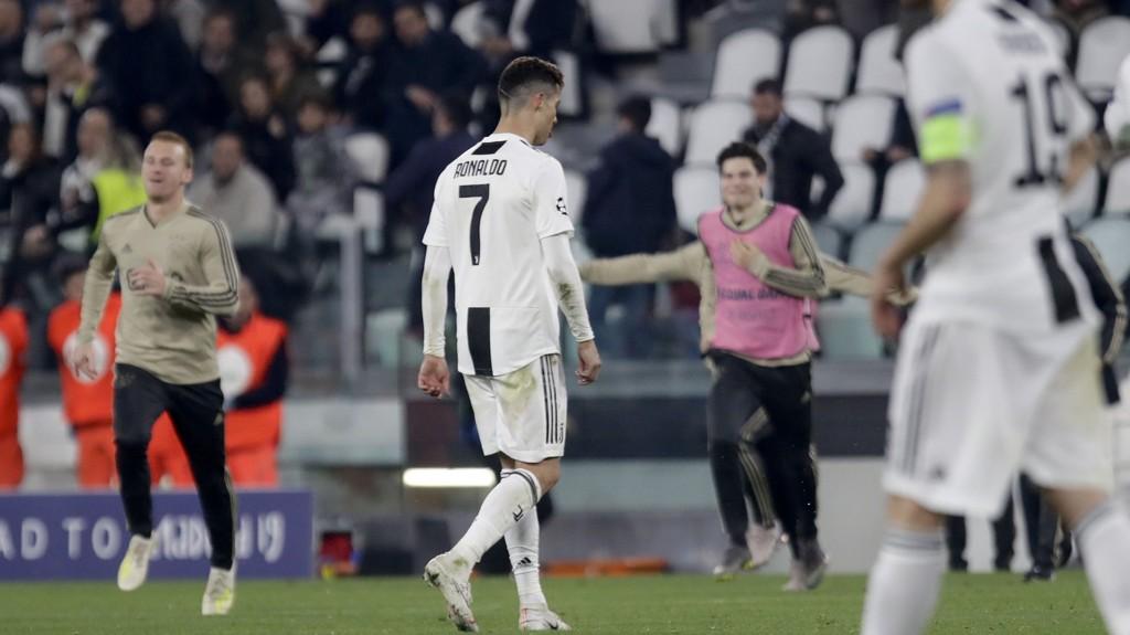 En meget skuffet Cristiano Ronaldo tusler av Allianz stadium i Torino etter at Juventus røk ut av Champions League tirsdag kveld på bekostning av Ajax.