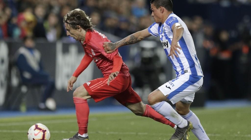 Jonathan Cristian Silva scoret 1-0 målet for Leganes hjemme mot Real Madrid for 14 dager siden. Her ser vi Silva i duell med Real Madrid's Luka Modric. I kveld har Leganes hjemmekamp mot Athletic Bilbao.