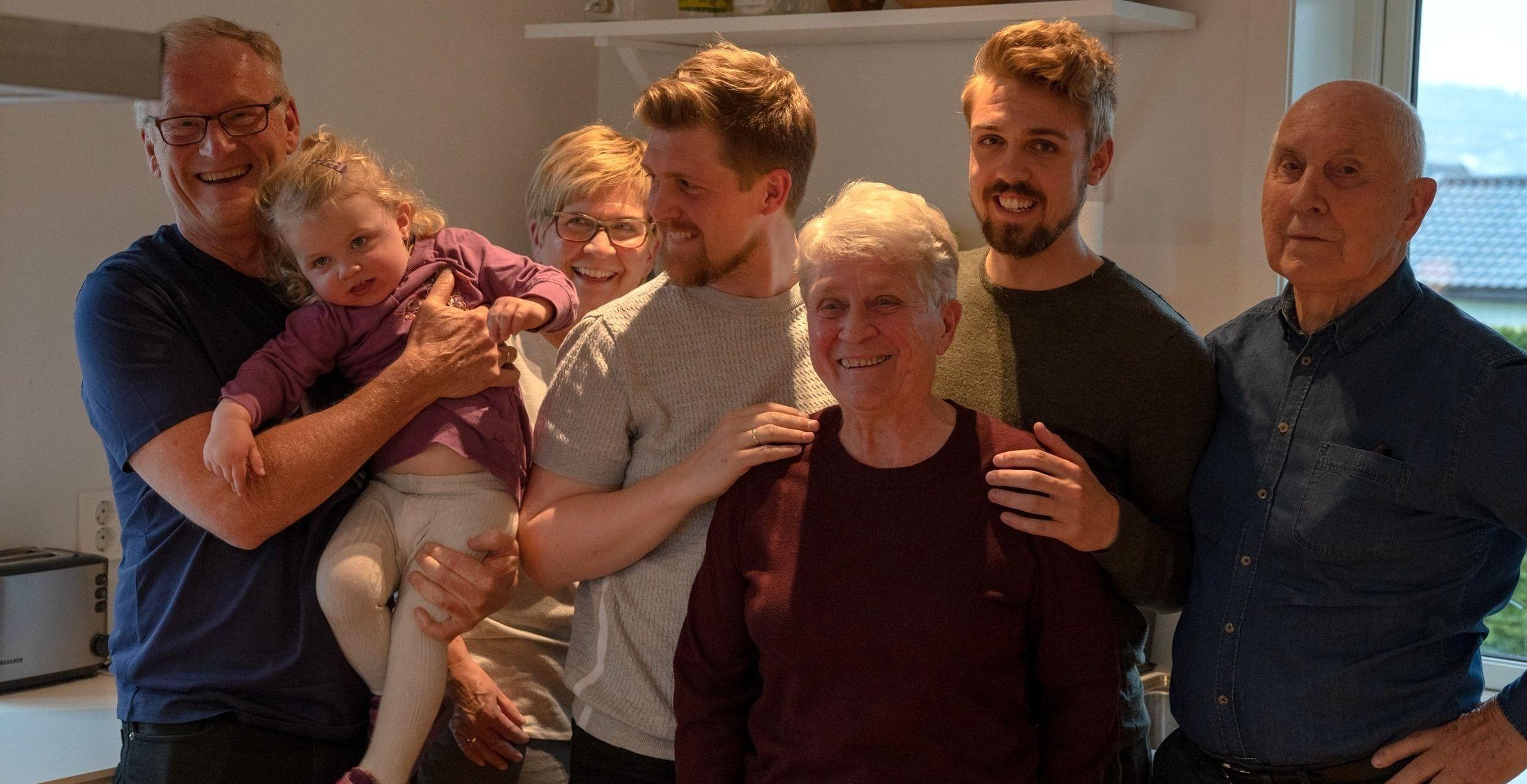 Ylva har levd sine to første år i Oslo. Nå skal hun bli ekte lillestrømling som pappa, farmor, oldemor og oldefar. Fra venstre: Farfar Jon Skjervold (61), Ylva Landaas Skjervold (2), farmor Heidi Skjervold (53), pappa Magnus Landaas Skjervold (30), oldemor Unni Andersen (79), pappa Torstein Landaas Skjervold (27), oldefar Per Ronny Andersen (83).