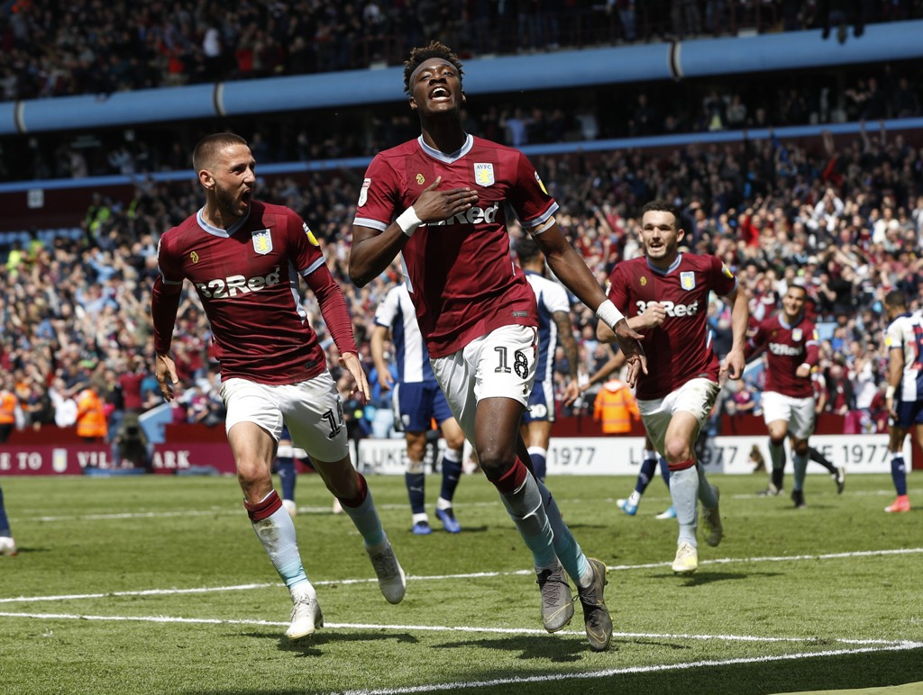 Tammy Abraham og Aston Villa-lagkompisene feirer 2-1-seieren mot West Brom lørdag.