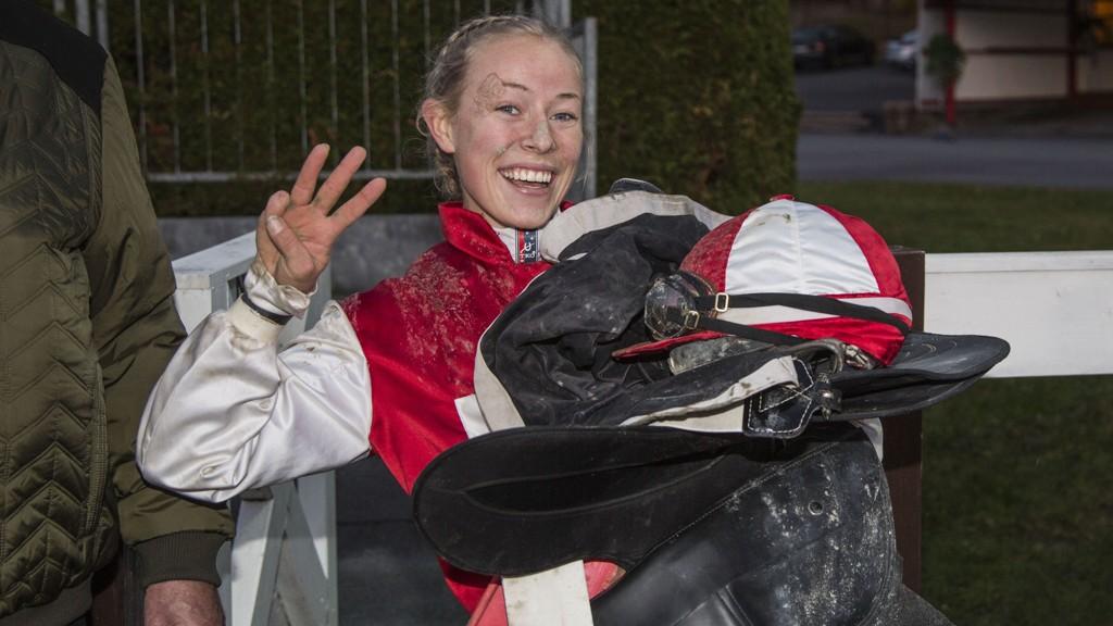 Norske Kaia Sofie Ingolfsland vant to løp sist det var galopp på Bro Park. Hun har flere fine vinnersjanser også under onsdagens løp på Bro. Foto Morten Skifjeld/Hesteguiden.com
