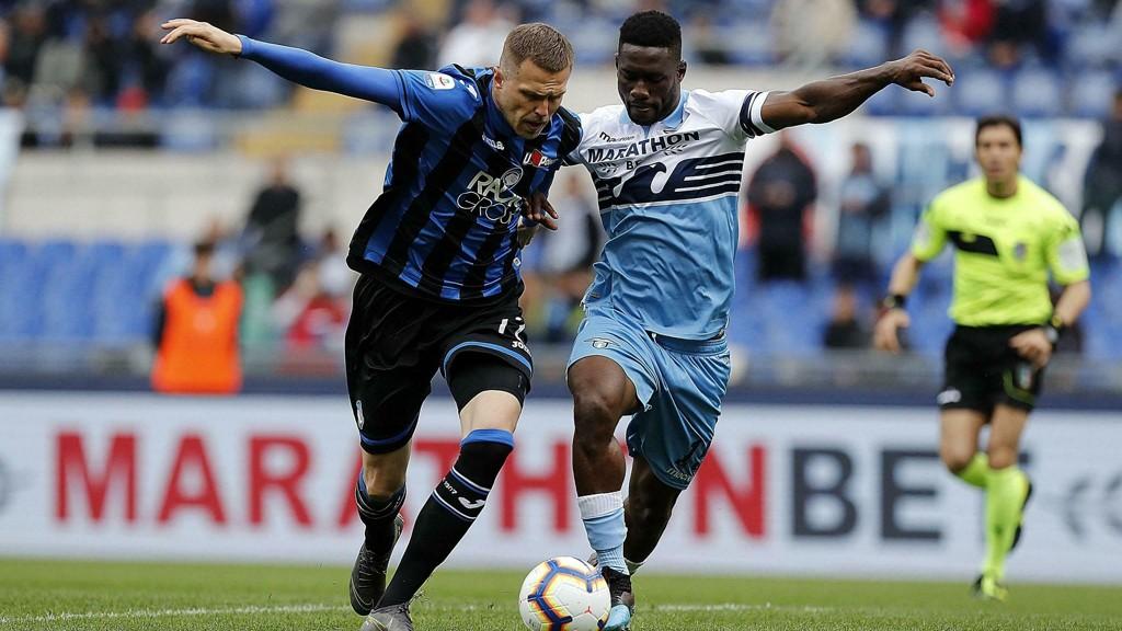 Atalanta's Josip Ilicic (blå drakt) i duell med Lazio's Bastos i seriekampemn mellom lagene på Stadio Olimpico for kun ti dager siden. En kamp Atalanta vant 3-1.