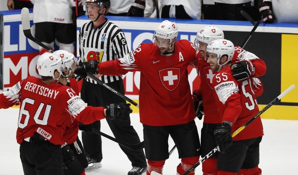 Roman Josi (midten) feirer scoringen sin mot Østerrike sammen med lagkompisene.
