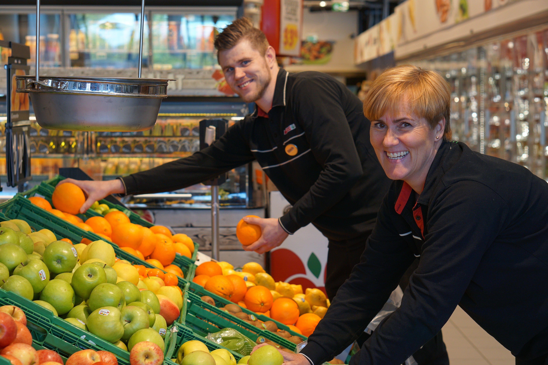 GODT MILJØ: Mette Knudsen forteller at det er godt samhold og miljø på jobb. Her er hun avbildet sammen med assisterende butikksjef, Marius Kristiansen.