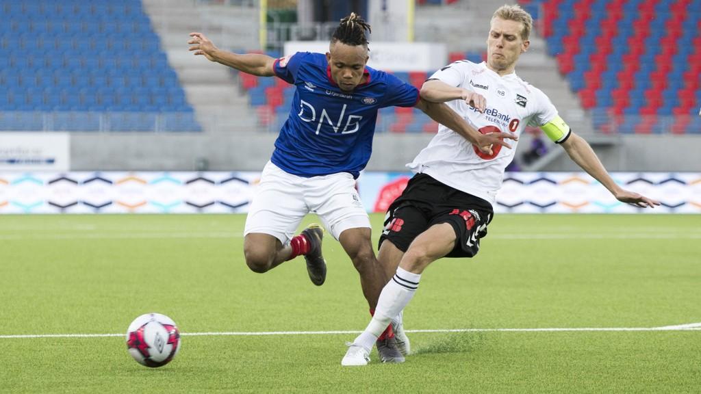 Chidera Ejuke har tidvis briljert for Vålerenga denne sesongen. Her i duell med Odds Steffen Hagen i forrige hjemmekamp for Vålerenga.