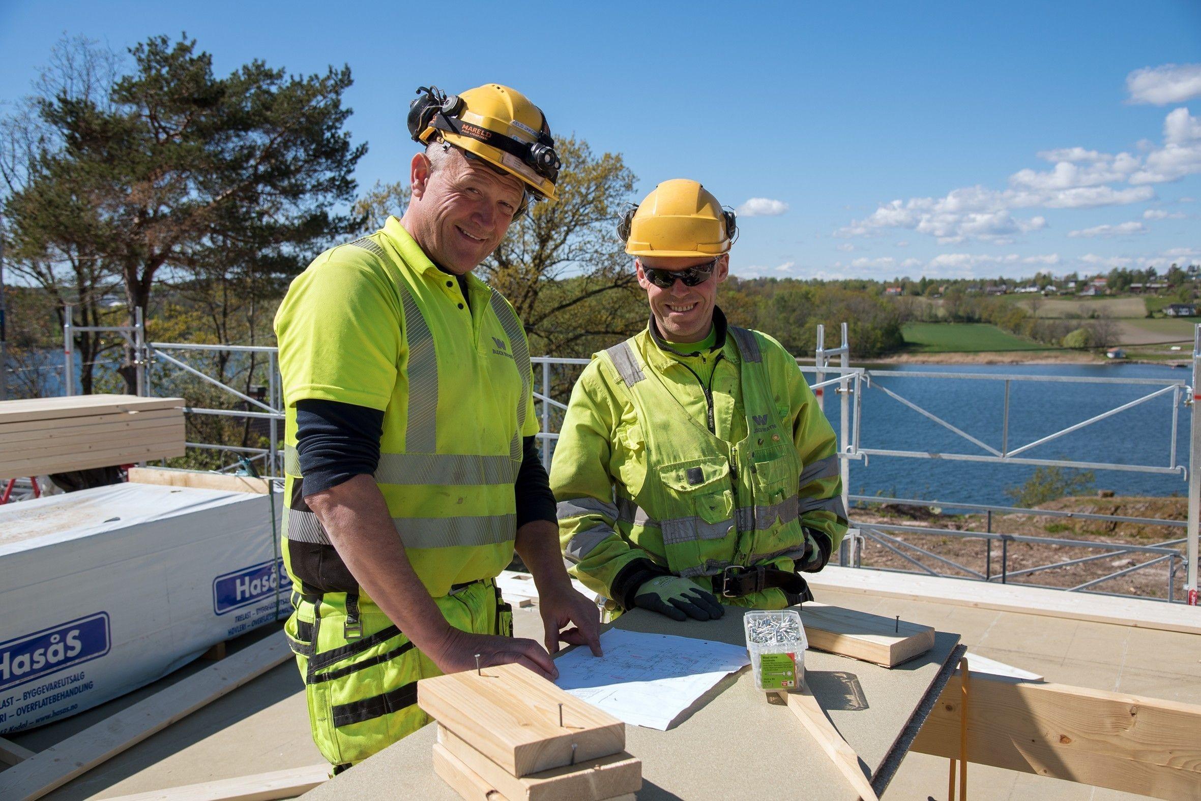 Block Watne har egne tømrere på sine prosjekter. Her er det tømrerne Keld og Ola som er i full sving.