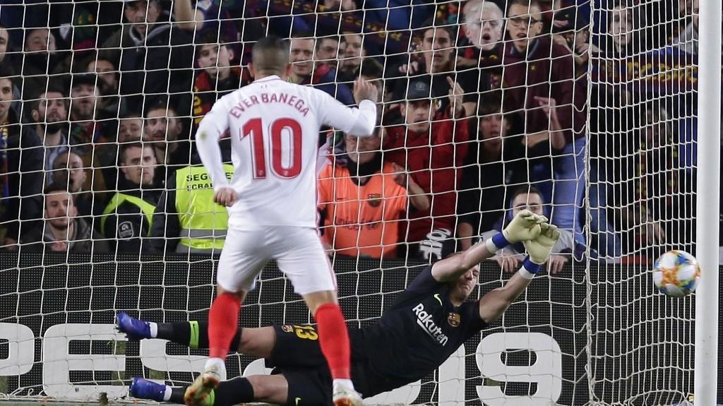 Sevilla's playmaker Ever Banega soner karantene i dagens meget viktige seriekamp hjemme mot Athletic Bilbao.