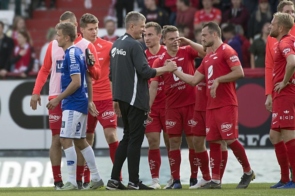 Branns trener Lars Arne Nilsen gratulerer Veton Berisha med scoring etter kampen mot Sarpsborg 08 på Stadion. Foto: Marit Hommedal / NTB scanpix