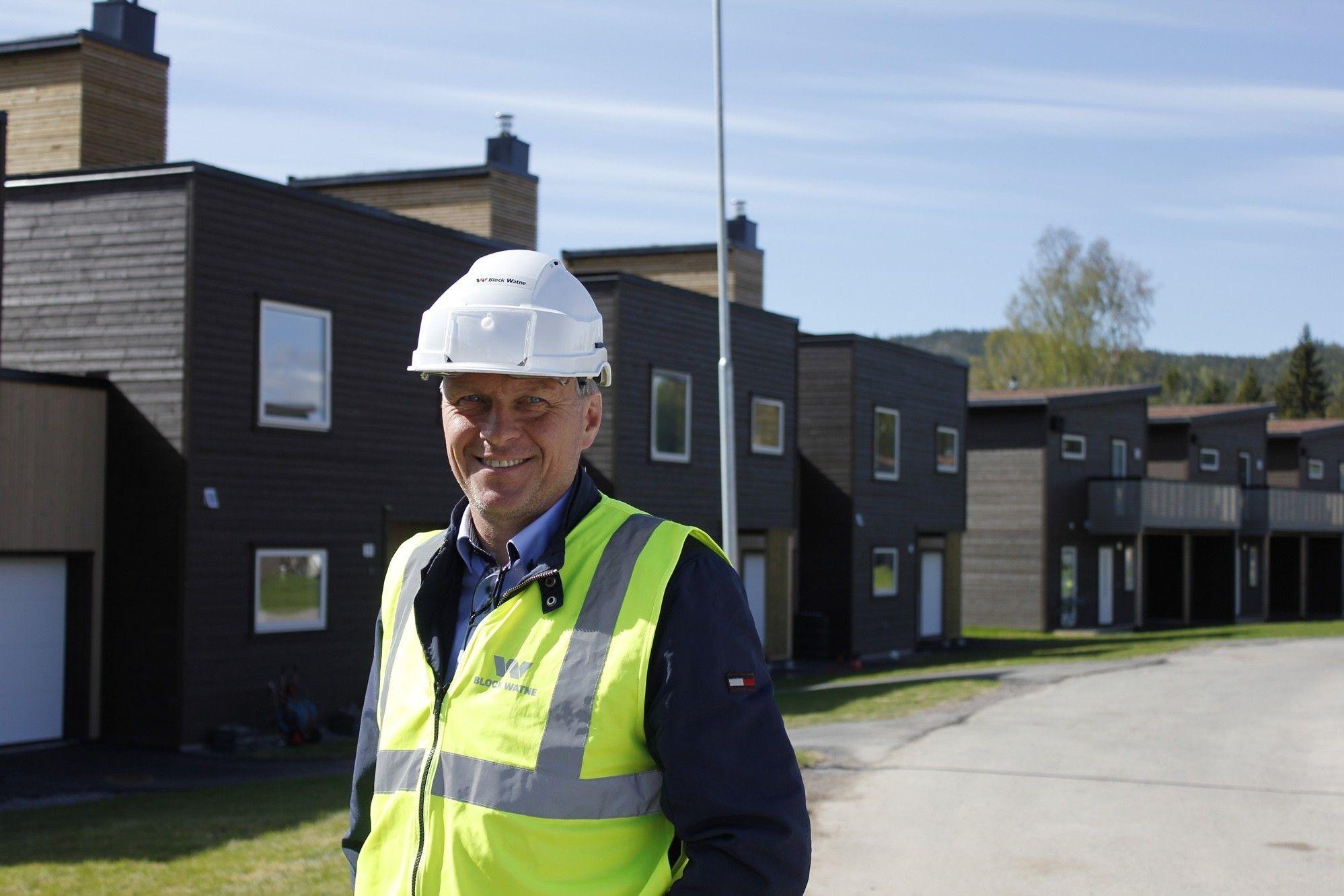 Block Watne-selger Anders Gogstad viser frem noen av ferdige boligene på Kruttverket i Nittedal. Her får du både barnevennlige omgivelser, nærhet til byen og marka rett utenfor døra.