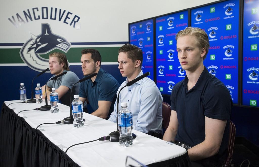 Elias Petterson (t.h) leverte en strålende sesong for Vancouver Canuks i NHL. Her fra en pressekonferanse etter sesongen.