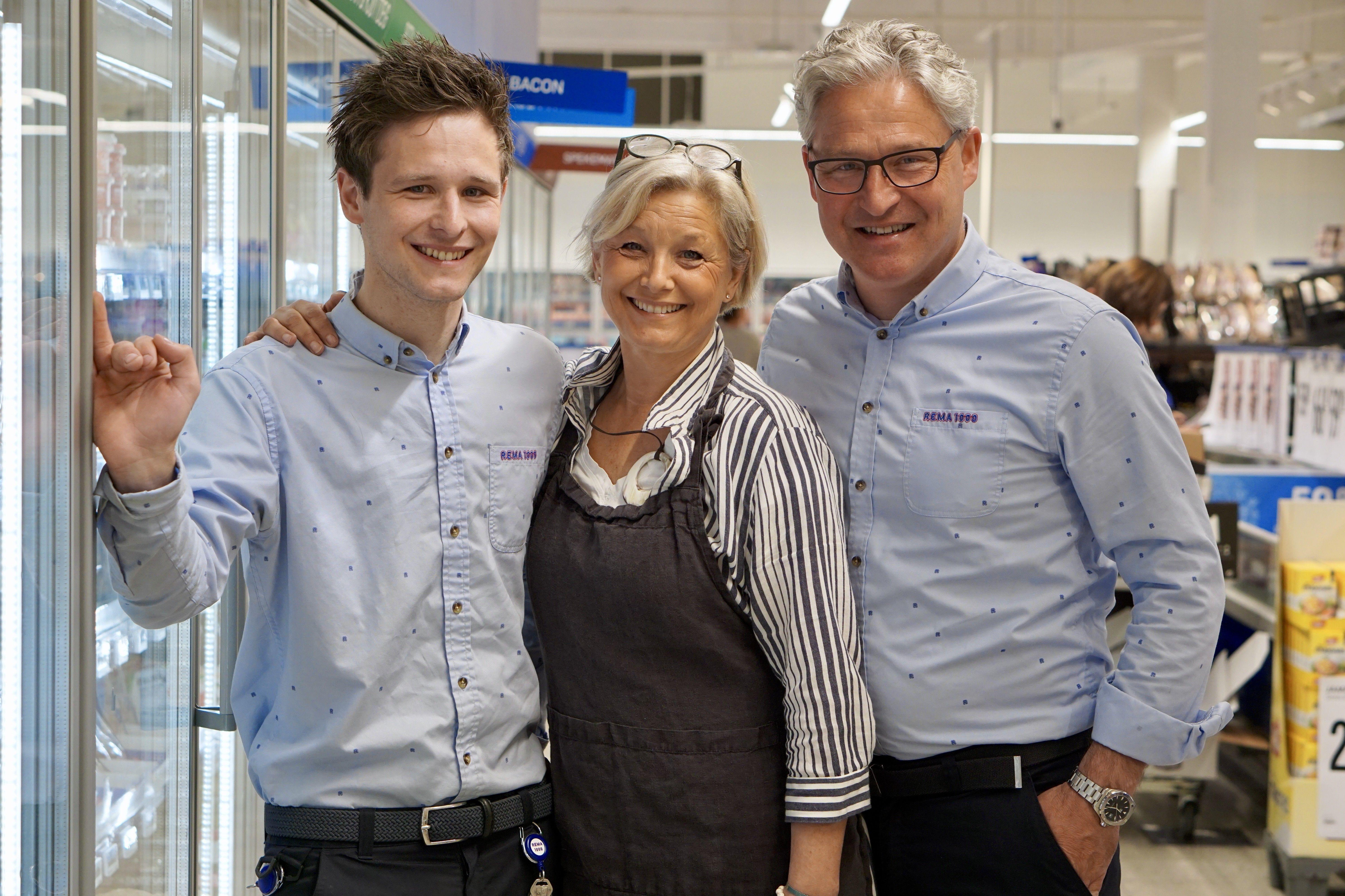 KJØPMANNSFAMILIEN: Petter Halvorsen(F.V.), Elisabeth Halvorsen og Olav Halvorsen stortrives som en kjøpmannsfamilie.