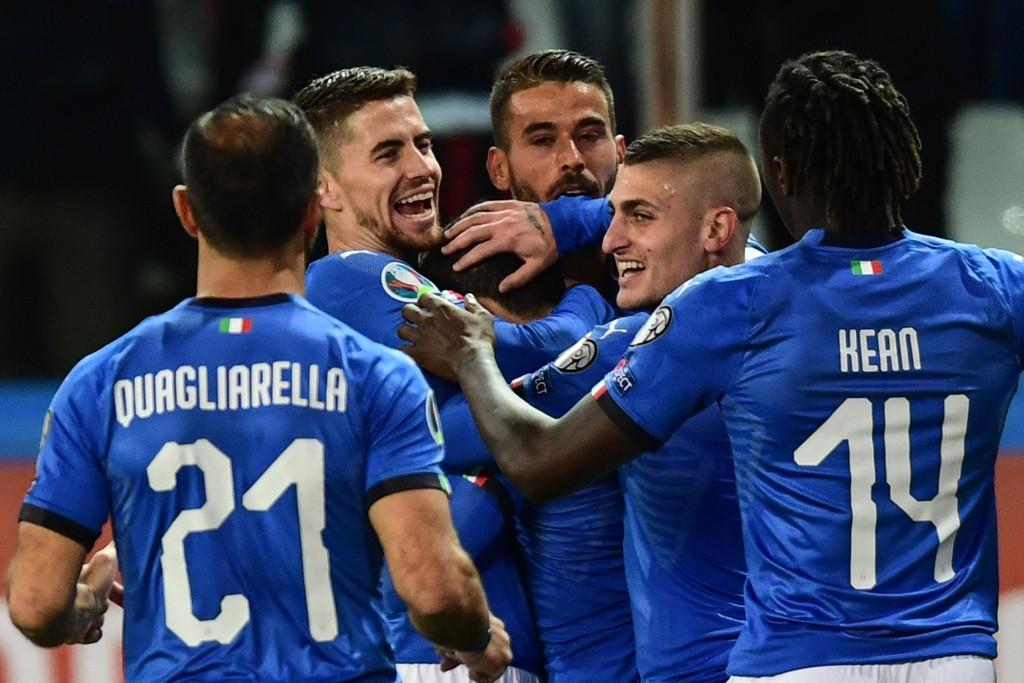 Marco Verratti (nummer to fra venstre) gratulerer Stefano Sensi (skjult i midten) etter at han ga Italia 1-0 mot Liechtenstein. (Photo by Miguel MEDINA / AFP)
