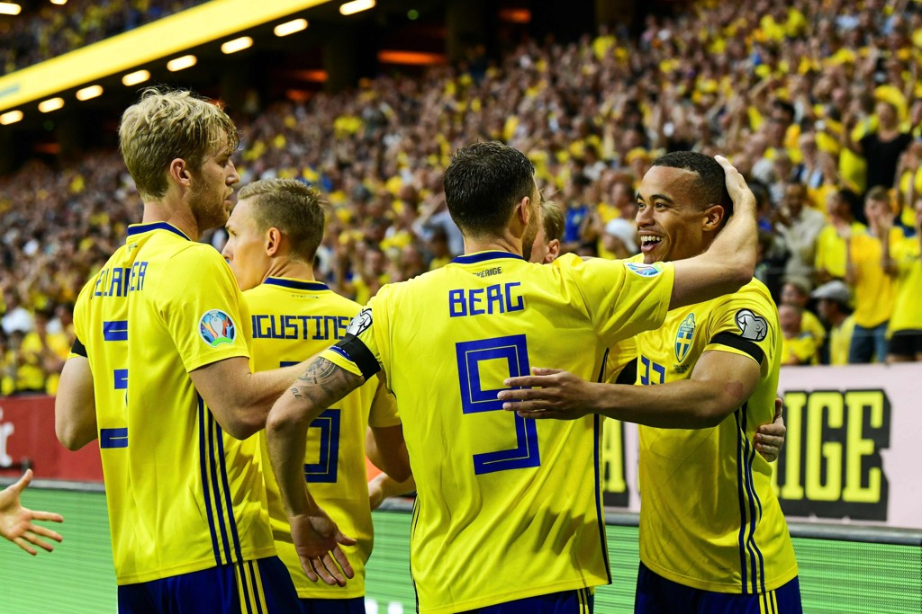 Sveriges Robin Quaison (t.h.) juber sammen med agkameratene etter å ha scoret 1-0-mået for Sverige mot Malta. Mandag venter en tøffere motstander i Madrid. (Photo by Jonathan NACKSTRAND / AFP)