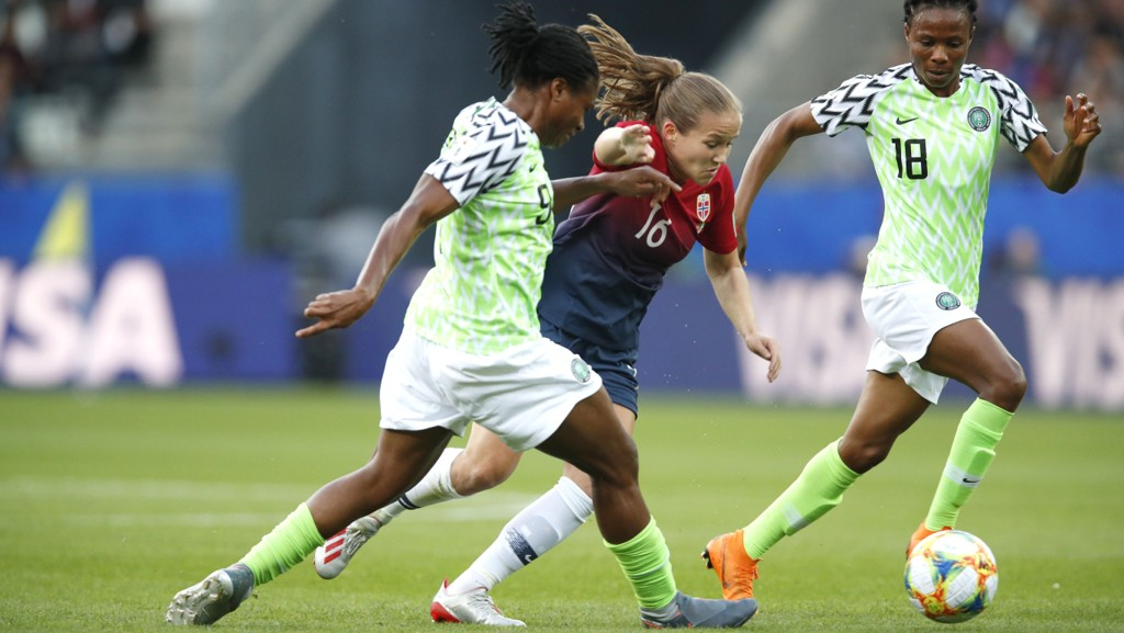 Nigeria gjorde ingen dårlig kamp mot Norge tross 0-3 tap. Her ser vi Halimatu Ayinde (nr 18) i duell med Guro Reiten under lørdagens kamp.