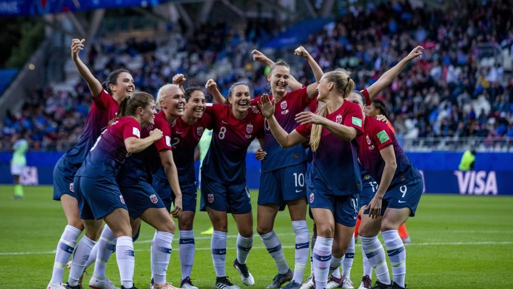 De norske fotballjentene fikk en pangstart i VM med 3-0 seier mot Nigeria. Her jubler de etter at Lisa-Marie Karlseng Utland har gjort 2-0.