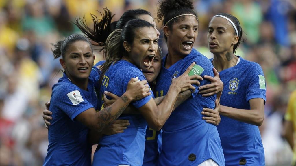Brazil's Marta, jubler sammen med sine lagvenniner etter at hun sendte Brasil i ledelsen 1-0 mot Australia. Det holdt dog ikke for Brasil som endte opp med 2-3 tap.