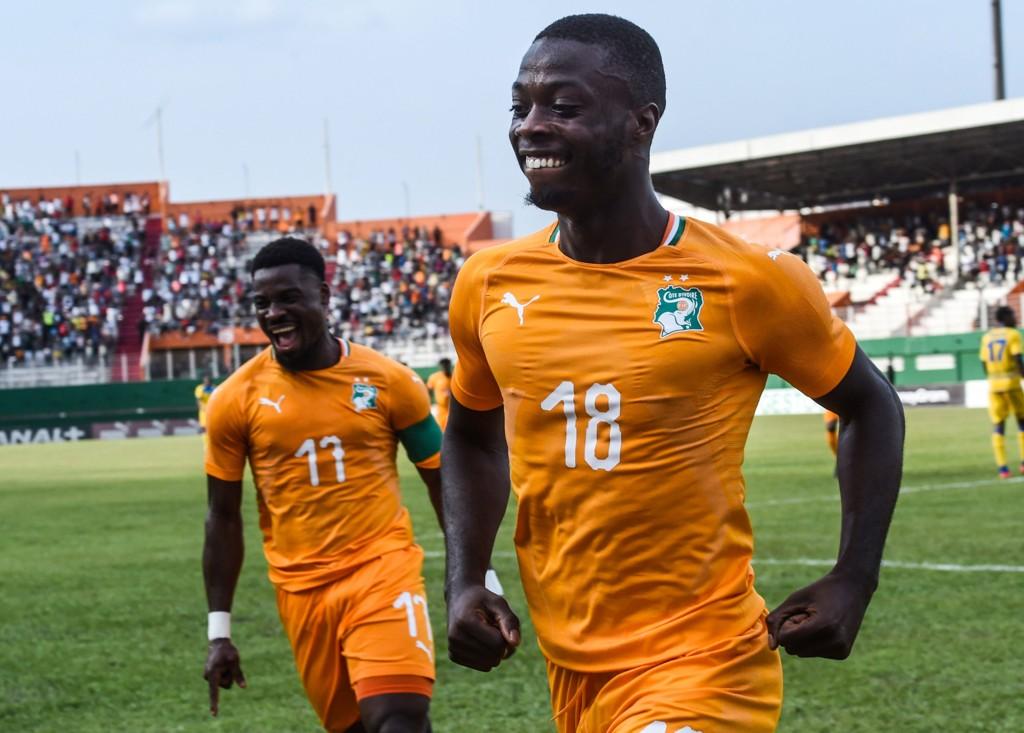 Elfenbenskystens Serge Aurier (t.v.) og Nicolas Pepe (t.h.) etter å ha scoret mot Rwanda i kvaliken ti Afrikamesterskapet. Vi tror de får en god start på turneringen, og at de vinner mot Sør-Afrika i ettermiddag. (Photo by ISSOUF SANOGO / AFP)