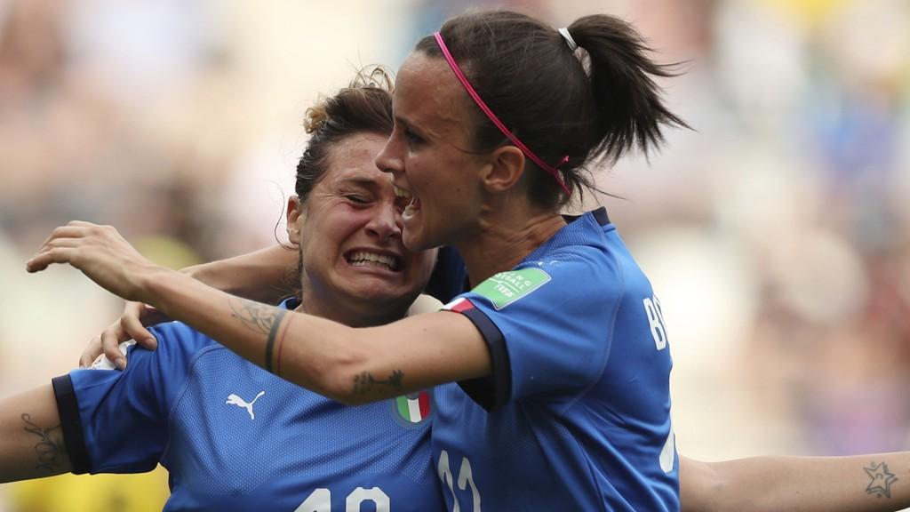 Italias Cristiana Girelli (t.v) scoret tre av målene for Italia i 5-0 seieren mot Jamaica. Her gratuleres hun av Barbara Bonansea (som scoret begge målene i 2-1 seiere mot Australia).