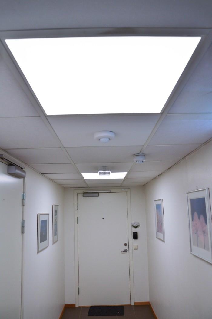 Gang med nye LED-lys. Foto.