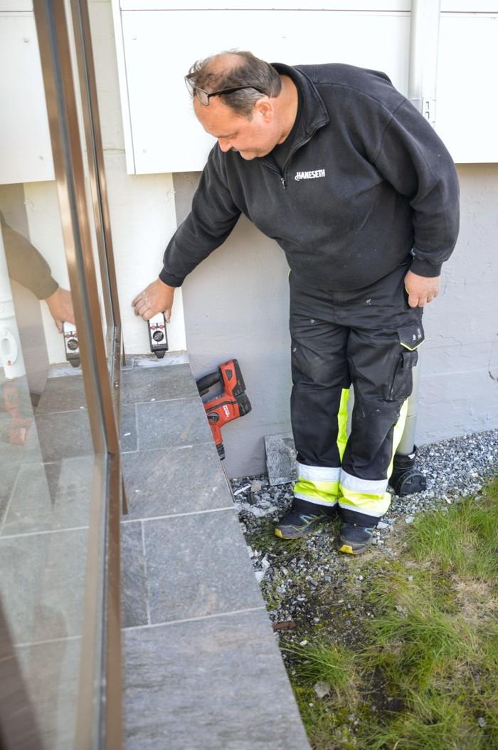 Alf Gjertsen lokaliserer feil i varmekabler ved Bodø videregående skole. Foto.