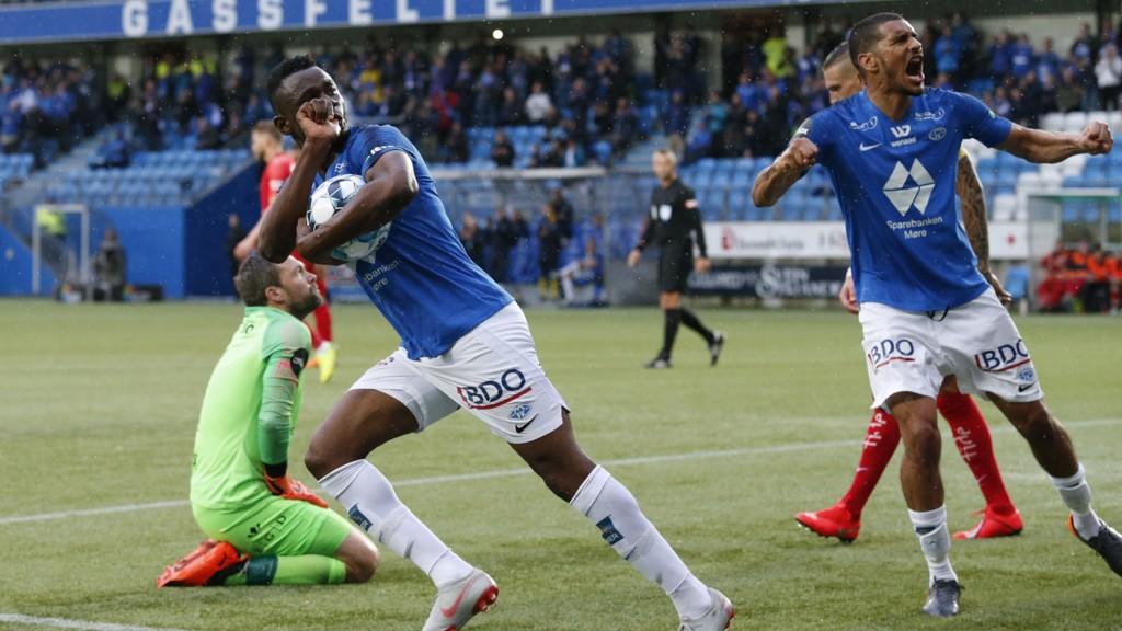 Leke James (med ballen) og Ohi Omoijuanfo er to tunge angrepsvåpen for Molde. Her jubler Leke James etter å ha utlignet til 1-1 på straffe hjemme mot Brann for halvanne uke siden.
